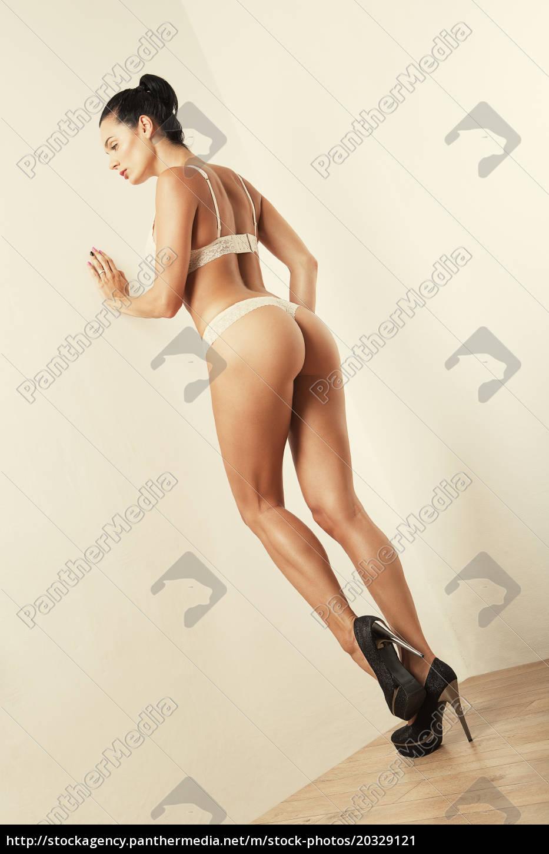 4831d92da2ec Royalty Free Imágen 20329121 - chica atractiva delgada en ropa interior  blanca con trasero sexy
