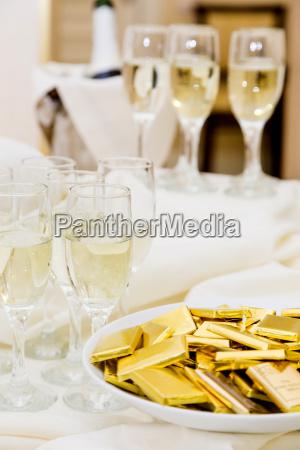 champanya con aperitivos ligeros sirviendo en