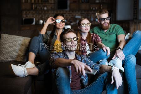 jovenes amigos en gafas 3d viendo