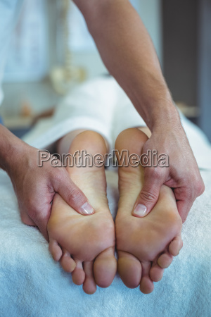 fisioterapeuta dando masaje de pies a