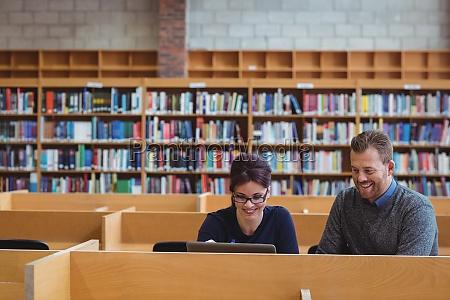 estudiantes maduros usando computadora portatil para