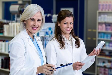 medico mujer risilla sonrisas escribir hermoso