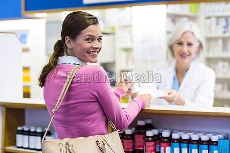 medico mujer bolso risilla sonrisas trabajo