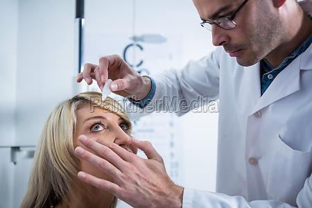 medico mujer consulta trabajo liquido medicinal