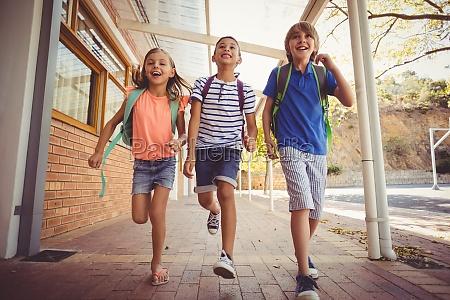ninyos de la escuela feliz corriendo