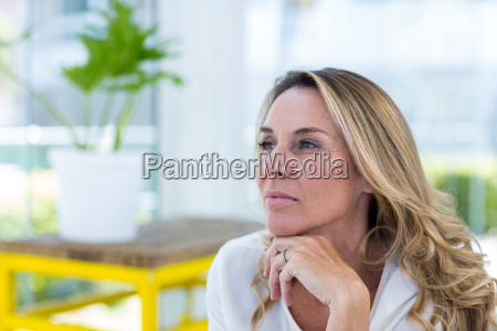mujer madura pensativa en el restaurante