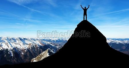 hombre de pie en la cima