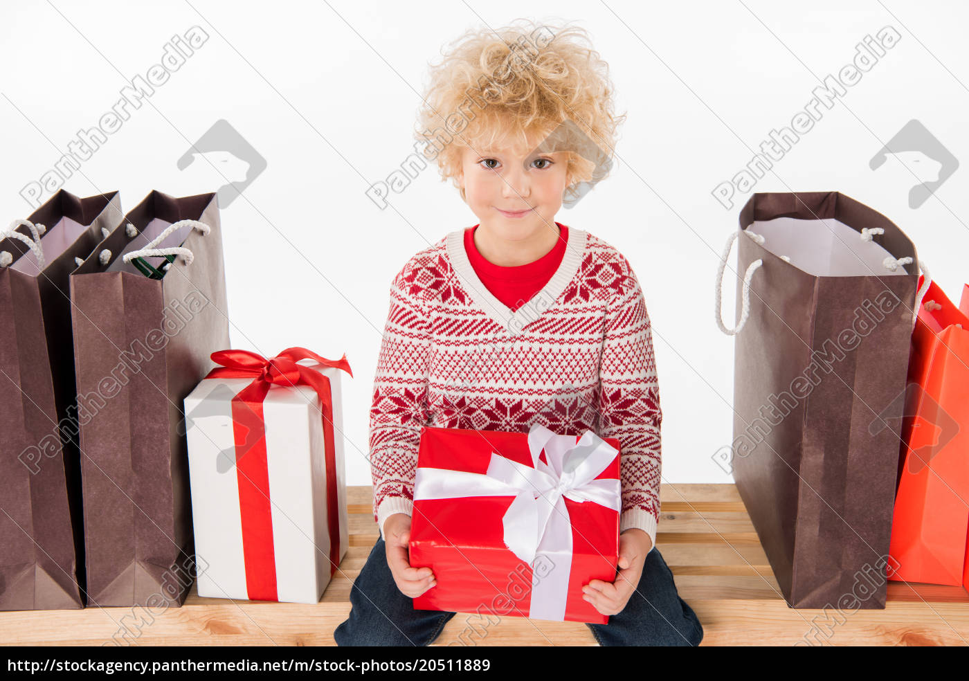 niño, feliz, sosteniendo, caja, de, regalo - 20511889