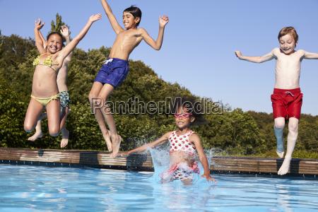 grupo de ninyos saltando a la