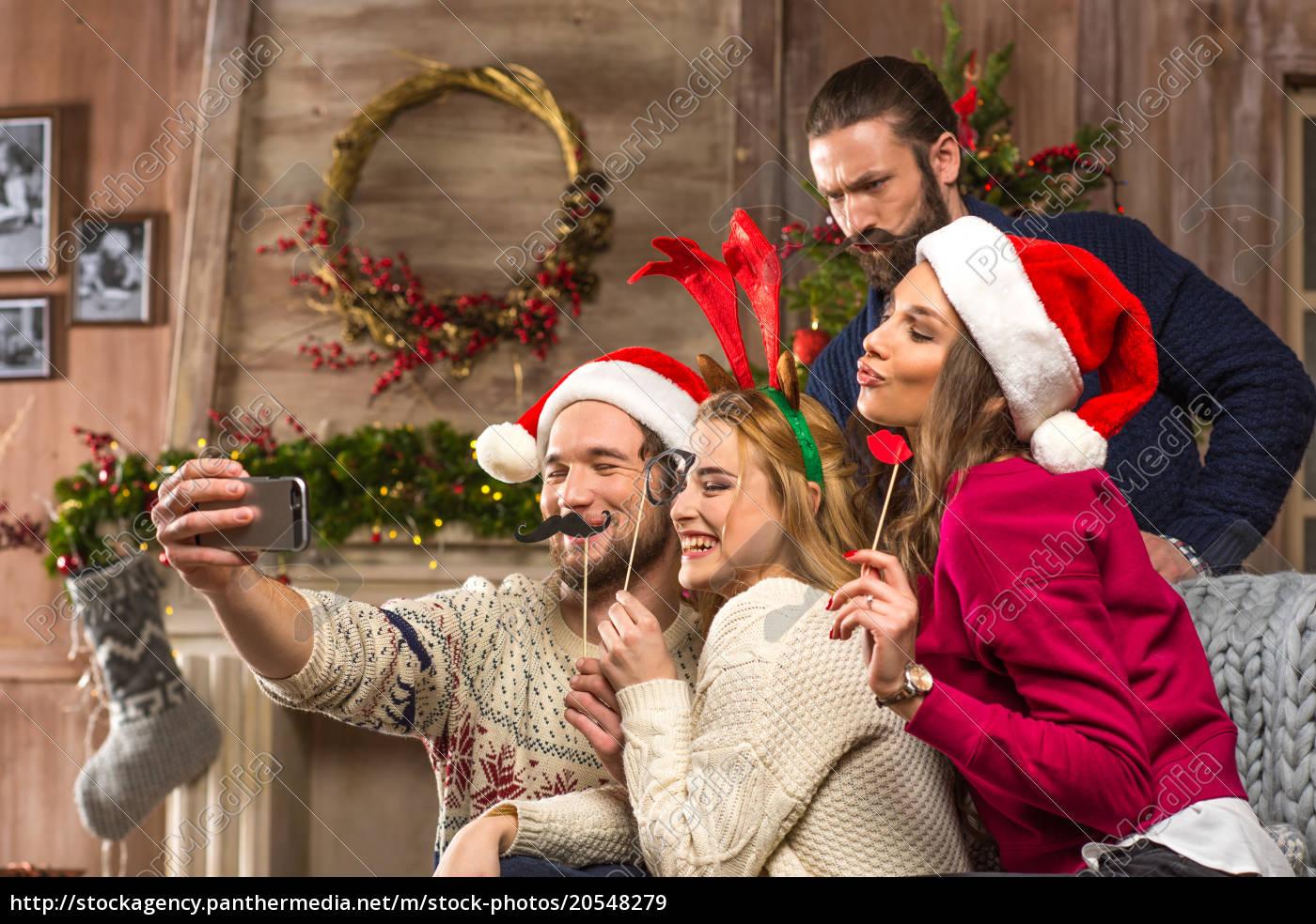 Gente Feliz En Navidad.Royalty Free Imagen 20548279 Gente Feliz Tomando Selfe En Navidad