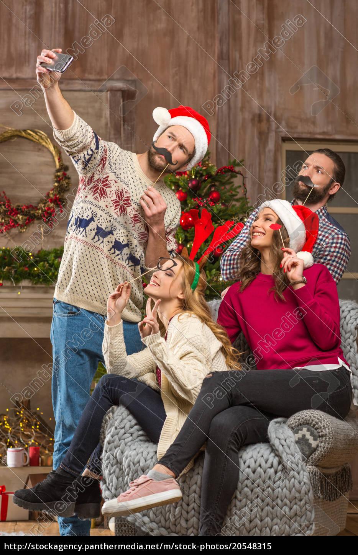 Gente Feliz En Navidad.Royalty Free Imagen 20548315 Gente Feliz Tomando Selfe En Navidad