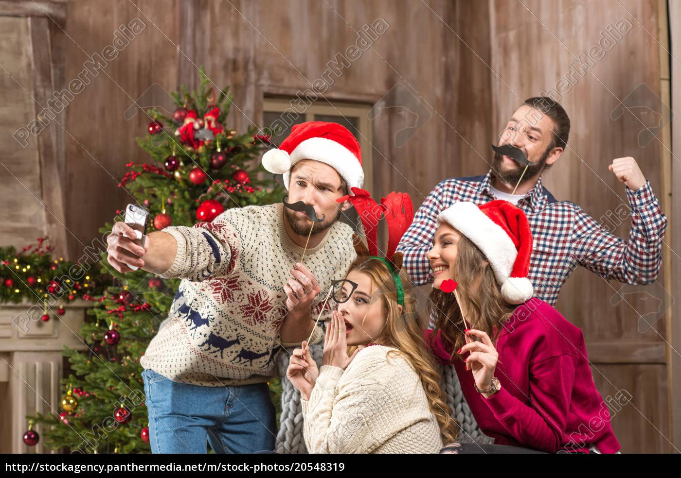 Gente Feliz En Navidad.Royalty Free Imagen 20548319 Gente Feliz Tomando Selfe En Navidad