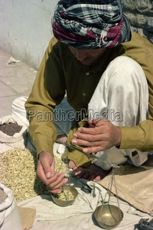 hombre usando basculas karachi pakistan asia