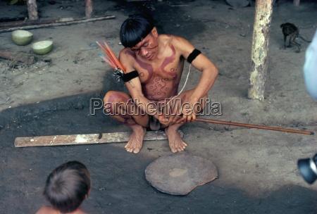 hombre yanomami preparando tabaco alucinogeno brasil