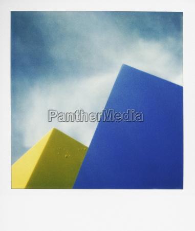 formas azules y amarillas contra el