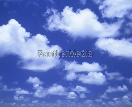 cielo azul con nubes de cumulos