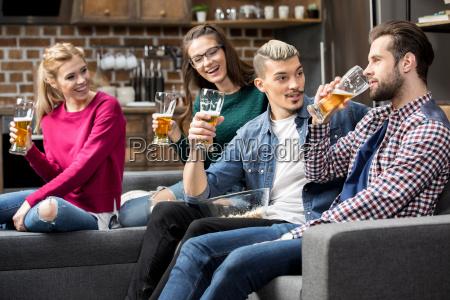 amigos bebiendo cerveza