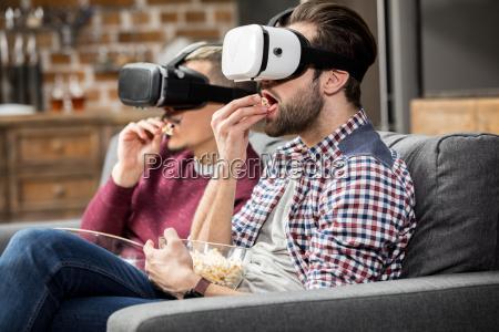 hombres en gafas de realidad virtual