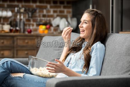 chica comiendo palomitas de maiz