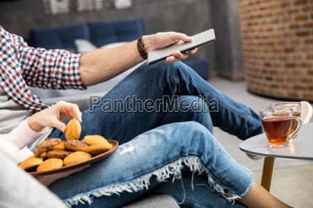 pareja bebiendo te con galletas