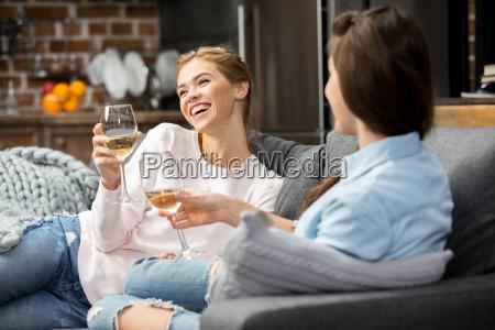 amigos bebiendo vino blanco