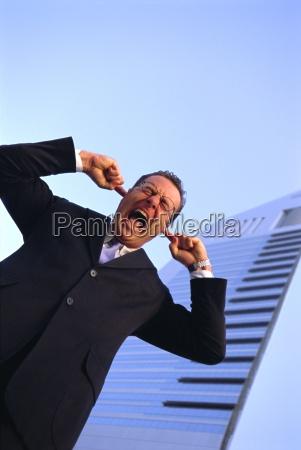 hombre de negocios con los dedos