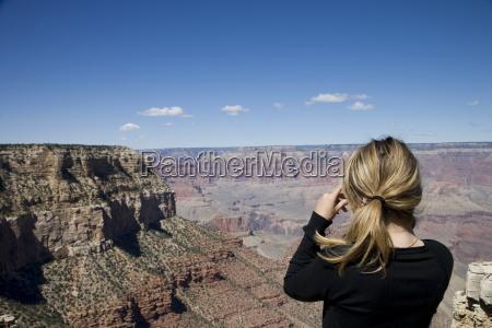 mujer tomando fotos parque nacional del