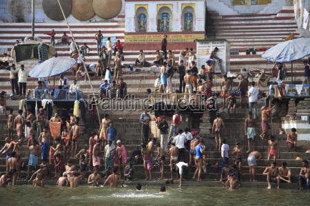 peregrinos hindues participan en el banyo