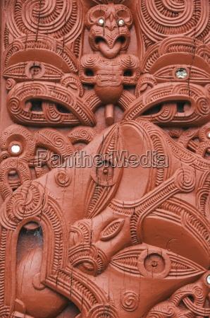 tallas en un whare whakairo meeting