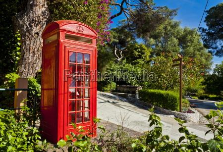 cabina telefonica humor arbol europa horizontalmente