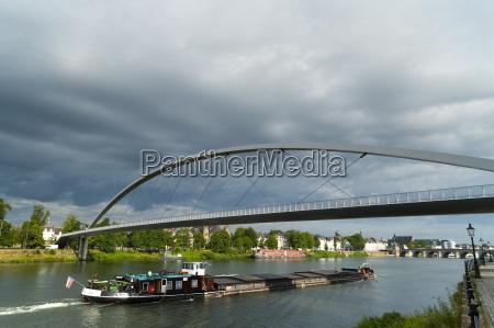 barcaza bajo el hoger brug puente