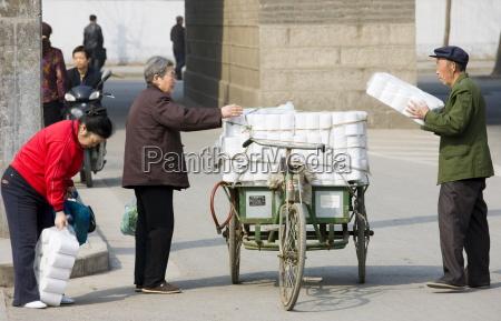 las mujeres compran papel higienico de