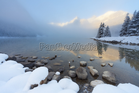 foggy suise en lake louise parque