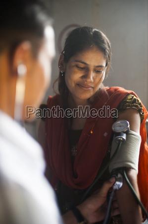 un medico toma la presion arterial