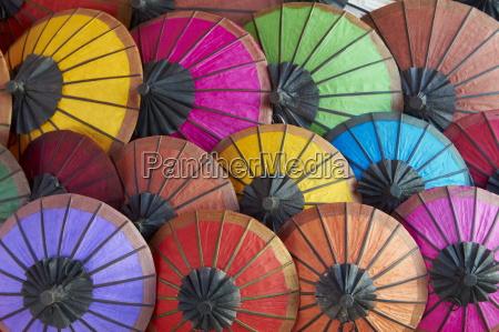 paseo viaje asia colorido horizontalmente paraguas