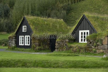 casas iclandas tradicionales con techos herbaceas