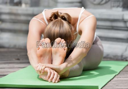 joven haciendo yoga en templo abandonado