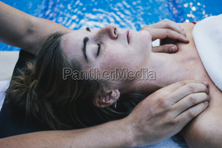 fisioterapeuta masajeando la clavicula del paciente