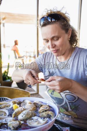 mujer madura disfrutando de la comida