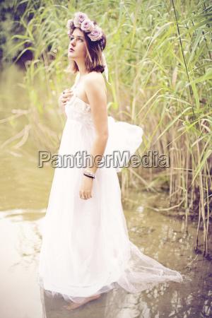 mujer vistiendo vestido de novia y