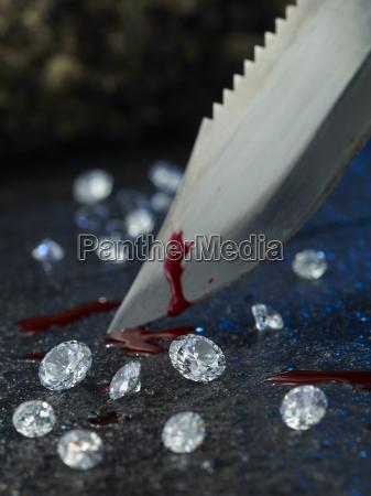 cuchillo con sangre y diamantes
