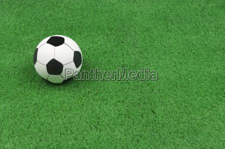 balon de futbol en cesped verde