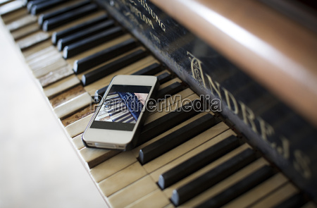 smartphone acostado en el teclado del
