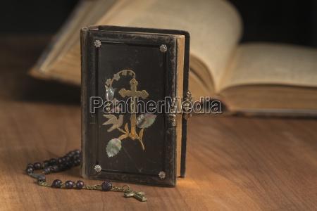 escribir religion madera antiguo cuero ornamento