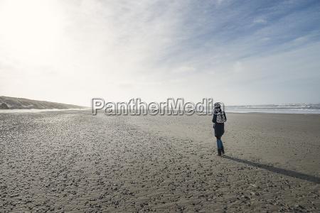 dinamarca henne strand persona caminando sola