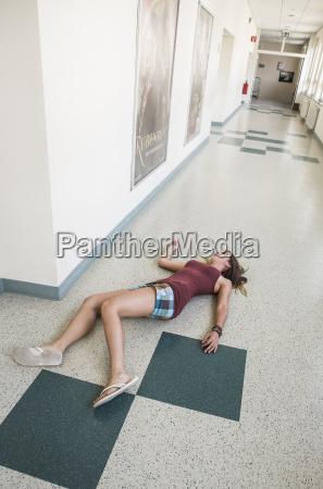 austria estudiante acostado en el piso