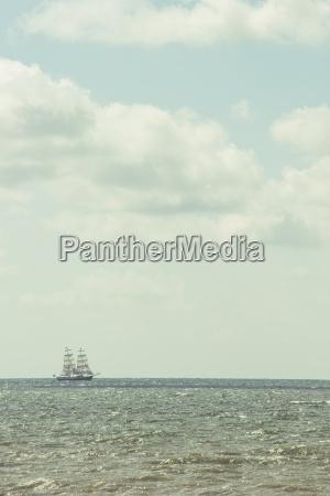 barco de vela en el horizonte