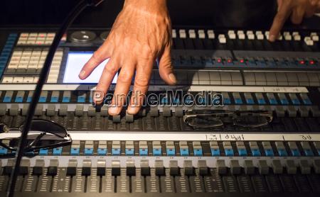 manos de ingeniero de audio en