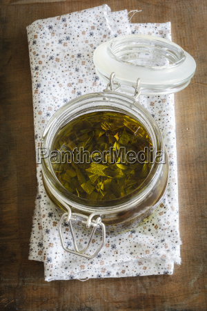 salvia aceite de oliva en frasco