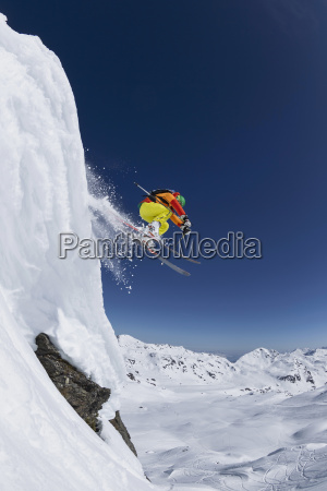 austria tyrol hombre maduro esquiando en